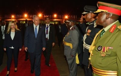 Le Premier ministre Benjamin Netanyahu et son épouse Sara pendant une visite à Entebbe, en Ouganda, le 4 juillet 2016. (Crédit : Kobi Gideon/GPO)