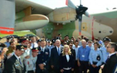 Le Premier ministre Benjamin Netanyahu et son épouse Sara entourés de pilotes et officiers de l'armée israélienne (visages floutés), à Entebbe, en Ouganda, le 4 juillet 2016. (Crédit : Kobi Gideon/GPO)