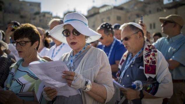 Des membres des mouvements conservateur et réformé pendant un service religieux mixte sur la place publique située devant le mur Occidental, dans la Vieille Ville de Jérusalem, le 4 juillet 2016. (Crédit : Yonatan Sindel/Flash90)