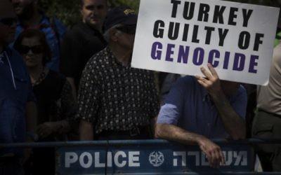 La communauté arménienne de Jérusalem manifeste devant la Knesset suite au récent accord diplomatique entre le gouvernement israélien et la Turquie, pour demander que l'Etat d'Israël reconnaisse le génocide arménien, le 5 juillet 2016. (Crédit : Hadas Parush/Flash90)