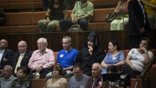 Des membres de la communauté arménienne de Jérusalem assistent à la discussion et au vote de la Knesset sur l'organisation d'une journée officielle marquant le génocide arménien, le 5 juillet 2016. (Crédit : Hadas Parush/Flash90)