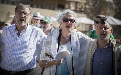 Des membres des mouvements conservateur et réformé pendant un service religieux mixte sur la place publique située devant le mur Occidental, dans  la Vieille Ville de Jérusalem, le 7 juillet 2016. (Crédit : Hadas Parush/Flash90)