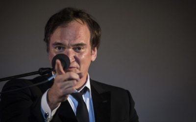 Quentin Tarantino au micro après avoir reçu une récompense lors de la cérémonie d'ouverture du Festival de film de Jérusalem, à Sultan's Pool, près de la Vieille ville de Jérusalem, le 7 juillet 2016 (Crédit : Hadas Parush/Flash90)