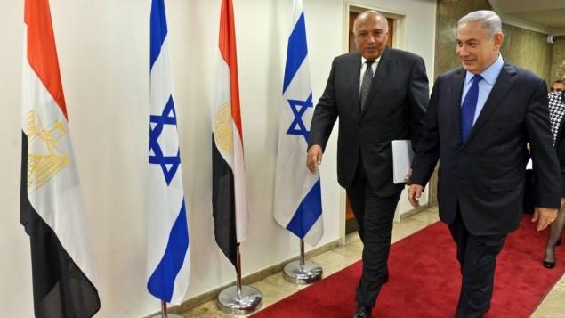 Le Premier ministre Benjamin Netanyahu et le ministre égyptien des Affaires étrangères Sameh Choukri dans les bureaux du Premier ministre à Jérusalem, le 10 juillet 2016. (Crédit : Haim Zach/GPO)