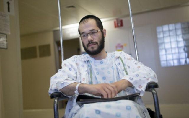 Eitan Finkel s'adresse aux médias depuis le centre médical Shaare Zedek de Jérusalem, le 10 juillet 2016. (Crédit : Yonatan Sindel/Flash90)