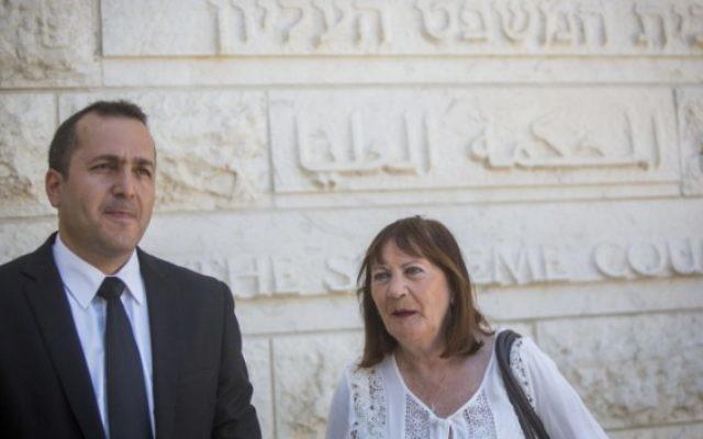 Zehava Shaul, mère du soldat israélien tombé au combat Oron Shaul, avec son avocat devant la Cour suprême de Jérusalem, le 10 juillet 2016. (Crédit : Yonatan Sindel/Flash90)