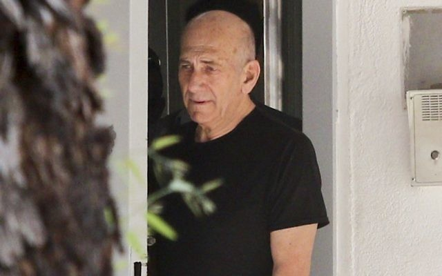 L'ancien Premier ministre Ehud Olmert à sa sortie de la prison de Ramle pour sa première permission depuis qu'il a commencé à purger sa peine de 18 mois en février 2016, le 11 juillet 2016. (Crédit : Avi Dishi/Flash90)