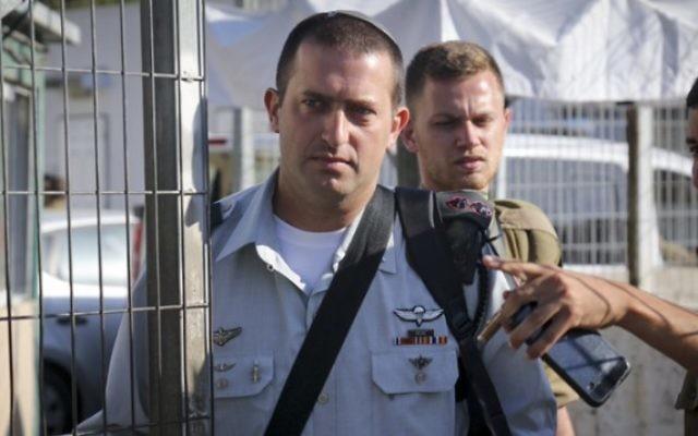 Le lieutenant colonel David Shapira, commandant du bataillon Shimshon, arrive à la Cour militaire de Jaffa pour témoigner dans l'affaire Azaria, le 12 juillet 2016. (Crédit : Flash90)