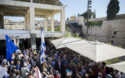Des centaines de personnes arrivent au mont du Temple pour la cérémonie en mémoire de Hallel Yaffa Ariel, dans la vieille ville de Jérusalem, le 12 juillet 2016 (Crédit : Yonatan Sindel/Flash90)
