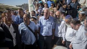 Yehuda Glick (à gauche), membre Likud de la Knesset, le conseiller municipal de Jérusalem Arieh King (2e à gauche), le ministre de l'Agriculture Uri Ariel (3e à gauche) et des centaines de personnes arrivent au mont du Temple pour la cérémonie en mémoire de Hallel Yaffa Ariel dans la vieille ville de Jérusalem, le 12 juillet 2016 (Crédit : Yonatan Sindel/Flash90)