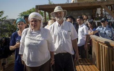 Les parents de Hallel Yaffa Ariel et des centaines de personnes arrivent au mont du Temple dans la Vieille Ville de Jérusalem, le 12 juillet 2016 (Crédit : Yonatan Sindel / Flash90)