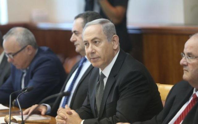 Le Premier ministre Benjamin Netanyahu mène la réunion hebdomadaire du cabinet, à Jérusalem, le 17 juillet 2016. (Crédit : Alex Kolomoisky/Pool)