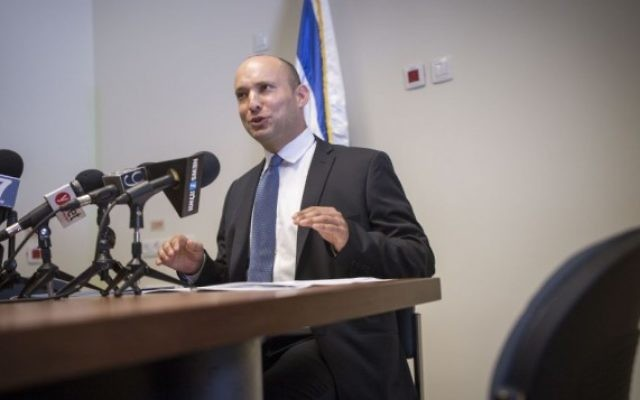 Naftali Bennett, ministre de l'Education et président du parti HaBayit HaYehudi, pendant une conférence de presse, le 18 juillet 2016. (Crédit : Miriam Alster/Flash90)