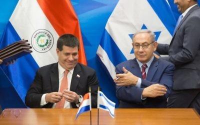 Le Premier ministre Benjamin Netanyahu et le président du Parauay Horacio Cartes, au bureau du Premier ministre à Jérusalem, le 19 juillet 2016. (Crédit : Pool/Emil Salman)