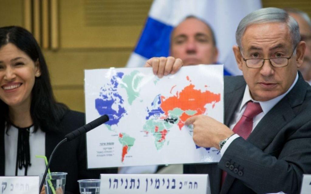 Le Premier ministre Benjamin Netanyahu présente la carte des relations d'Israël avec le monde, lors d'une session de la commission de contrôle de l'Etat de la Knesset, le 25 juillet 2016. A ses côtés, la présidente de la commission, Karin Elharar, députée de Yesh Atid. (Crédit : Yonatan Sindel/Flash90)
