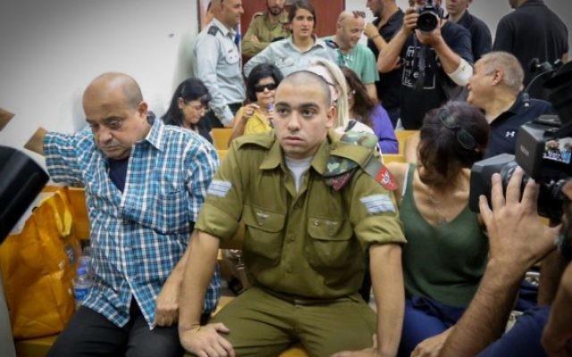 Elor Azaria, au centre, un soldat israélien qui a tué un terroriste palestinien à Hébron, pendant une audience à la Cour militaire de Jaffa, le 26 juillet 2016. (Crédit : Flash90)