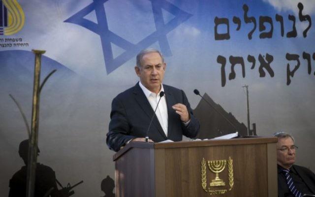 Le Premier ministre Benjamin Netanyahu pendant une cérémonie marquant les deux ans de l'opération Bordure protectrice au cimetière militaire du mont Herzl, à Jérusalem, le 26 juillet 2016. (Crédit : Miriam Alster/Flash90)