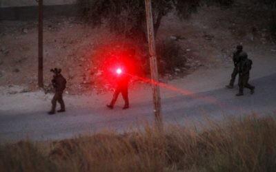 Patrouille des forces israéliennes près de la maison où le terroriste du Hamas Muhammad al-Fakih, qui a assassiné le rabbin Miki Mark pendant une attaque terroriste le 1er juillet, a été tué par l'armée israélienne le 27 juillet 2016. (Crédit : Wisam Hashlamoun/Flash90)