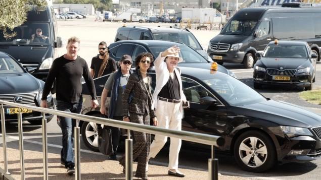 Carlos Santana et son épouse Cindy Blackman à leur arrivée en Israël le 28 juillet 2016. (Crédit : Tomer Neuberg/Flash90)
