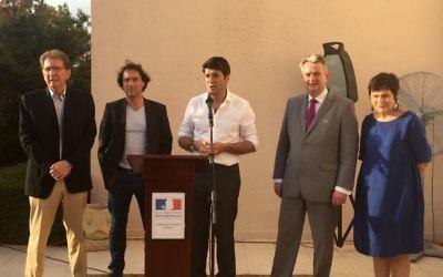 De g. à dr. : le député (LR) Guy Teissier, le député (Verts) Christophe Cavard, l'ambassadeur de France en Israël Patrick Maisonnave, le député (PS) Pascal Popelin et la députée (PS) Marie-Arlette Carlotti, à la résidence de l'ambassadeur à Jaffa, le 4 juillet 2016. (Crédits : Héloïse Fayet / Times of Israel)