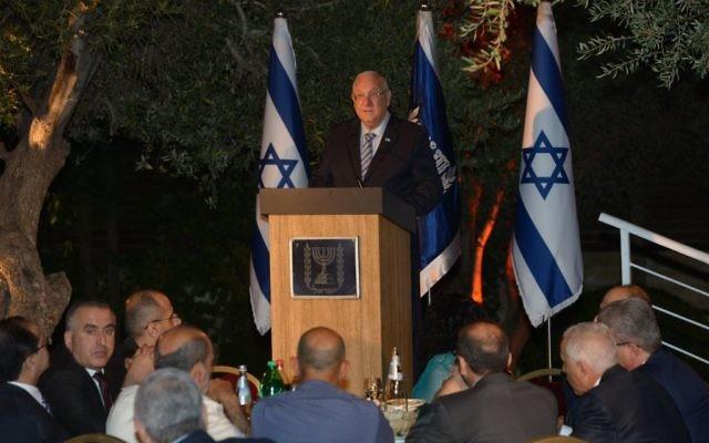 Le président Reuven Rivlin préside un iftar, repas pour rompre le jeûne du Ramadan, le dimanche 3 juillet 2016. (Crédits : Amos Ben Gershom / GPO)