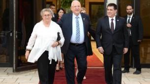 Le président Reuven Rivlin (au centre) et son épouse Nechama ont reçu le président du Paraguay, Horacio Cartes, à Jérusalem, le 18 juillet 2016. (Crédit : Mark Neiman/GPO)