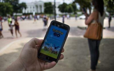 Un homme joue à Pokémon GO devant la Maison Blanche, à Washington, D.C., le 12 juillet 2016. (Crédit : Jim Watson/AFP/Getty Images)