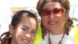 Hallel (à gauche) et sa mère Rina Ariel. (Crédit : autorisation/Adam Propp)