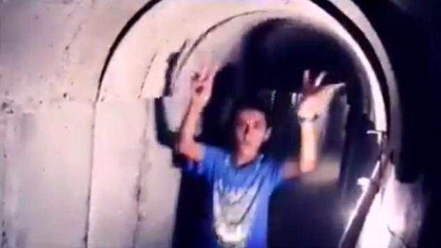 Un enfant palestinien dans un tunnel du Hamas dans la bande de Gaza, dans une vidéo publiée par le groupe terroriste le 20 juillet 2016. (Crédit : capture d'écran Facebook)