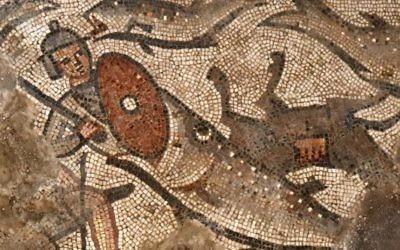 Un poisson avale un soldat égyptien sur une mosaïque montrant la scission de la mer Rouge au cours de l'Exode, dans la synagogue du 5e siècle de Huqoq, au nord d'Israël (Crédit : Jim Haberman/University of North Carolina Chapel Hill)