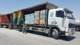 Un camion d'aide humanitaire de Turquie entre dans la bande de Gaza via le checkpoint de Keren Shalom, le 4 juillet 2016. (Crédit : ministère de la Défense)