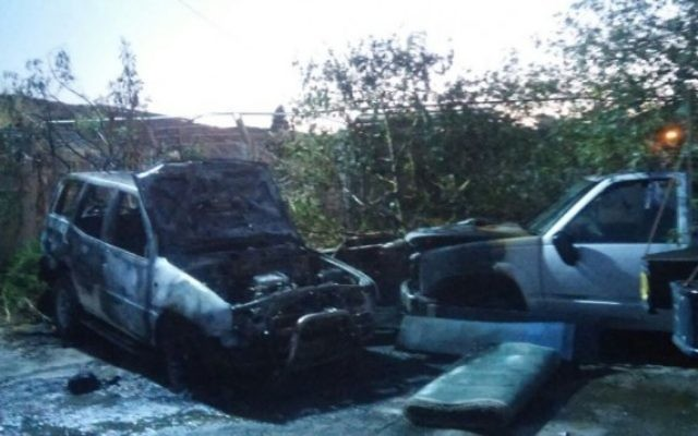 Véhicules incendiés dans ce qui semble être un acte terroriste juif dans le village situé au Nord, Yafia, le 10 juin 2016 (Crédit : police israélienne)