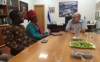 Natan Sharansky, président de l'Agence juive (à droite), a rencontré le pasteur sud-africain Linda Gobodo (au centre) et le pasteur nigérian Olusegun Olanipekun dans son bureau de Jérusalem, le 27 juillet 2016. (Crédit : Avi Mayer/Agence juive pour Israël)