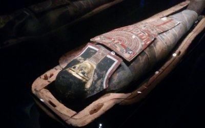 La seule momie égyptienne d'Israël est exposée au musée d'Israël depuis le 25 juillet 2016. (Crédit : Ilan Ben Zion/Times of Israel)