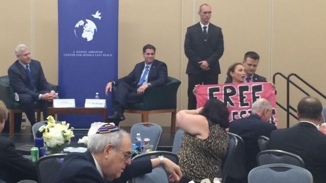 L'activiste du groupe CodePink, Ariel Gold, a interrompu l'ambassadeur israélien aux Etats-Unis, Ron Dermer, lors d'un événement durant la Convention nationale des démocrates 2016 (Crédit : Eric Cortellessa/Times of Israel)