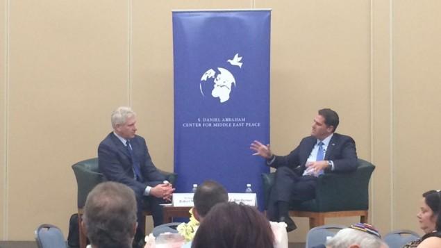 L'ambassadeur israélien aux Etats-Unis, Ron Dermer, parle avec le président du Centre Abraham, Robert Wexler, lors d'un événement au cours de la Convention nationale des démocrates 2016 (Crédit : Eric Cortellessa/Times of Israel)