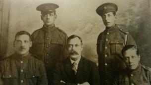 Photo publiée en 1922 dans le «Livre d'honneur des Juifs britanniques» , les cinq frères Jacobs: Jack, Myer, Benjamin, Maurice et Samuel (au centre, sans uniforme). (Autorisation)