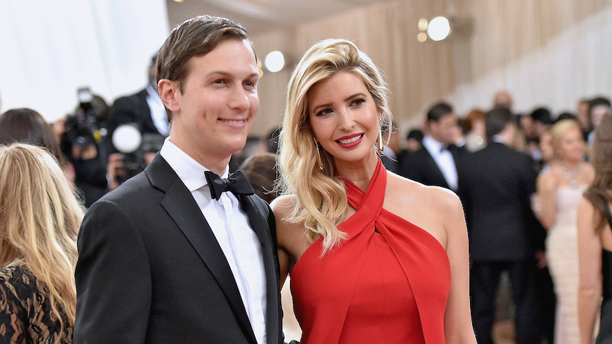 Jared Kushner et sa femme, Ivanka Trump, au gala de l'Institut de costume, 'Manus x Machina: Fashion in an Age of Technology'  au Metropolitan Museum of Art à New York, le 2 mai 2016. (Crédit : Mike Coppola/Getty Images for People.com, via JTA)