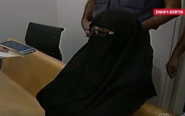 Ayman Kanjou, une femme arabe israélienne jugée coupable d'avoir tenté de rejoindre le groupe Etat islamique. (Crédit :  capture d'écran YouTube/MEDIAIBA)