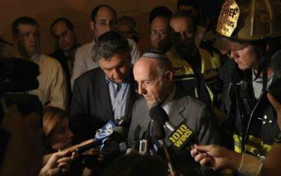 Le rabbin Haskel Lookstein devant sa synagogue à Kehilath Jeshurun endommagée par un incendie, le 11 juillet 2011 (Crédit : Michael Loccisano/Getty Images/via JTA)