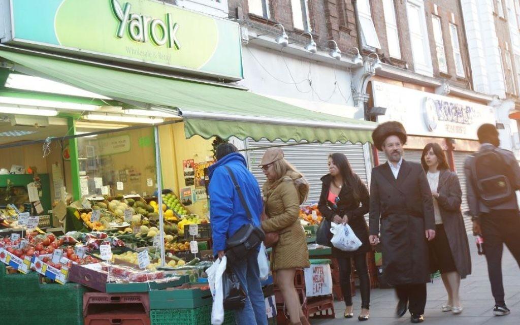 Des acheteurs dans un marché du quartier juif londonien de Golders Green, le 19 juin 2015. (Crédits : Cnaan Liphshiz / JTA)