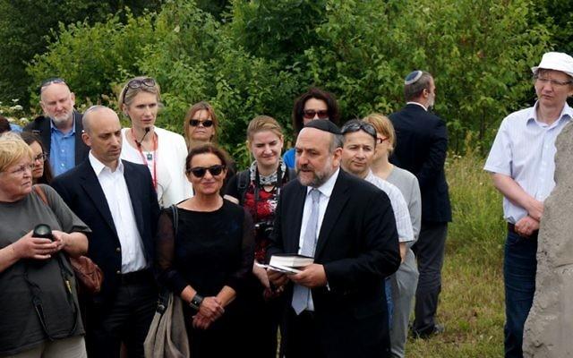 Michael Schudrich, grand rabbin de Pologne, récite une prière pour les victimes du massacre de Jedwabne au cimetière juif de la ville, le 10 juillet 2016. (Crédit : JTA/Cnaan Liphshiz)