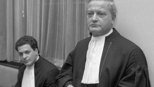 Max Moszkowicz, à droite, avec le frère Bram à Amsterdam en 1987. (Crédit : Wikimedia Commons / via JTA)