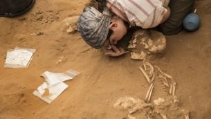 Une archéologue sur un site de fouilles à Ashkelon (Crédit : autorisation Leon Levy Expedition)