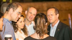 Nir Barkat, le maire de Jérusalem, à droite, et les parents de Shira Banki, qui a été assassinée pendant la Gay Pride 2015 de Jérusalem, pendant une cérémonie mémorielle à Jérusalem, le 19 juillet 2016. (Crédit : Noam Feiner/Yerushalmim)