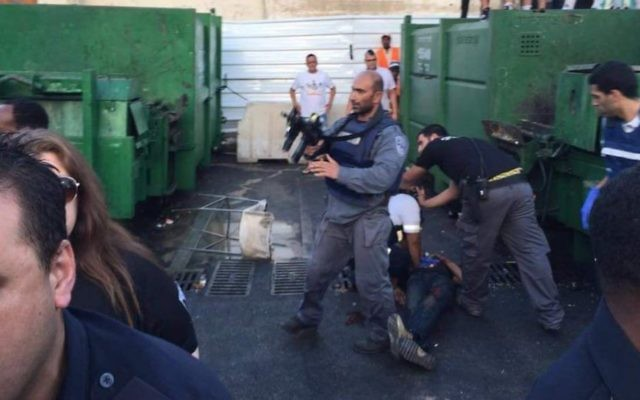 Les forces de sécurité israéliennes sur la zone de l'attaque au couteau à Netanya, le 30 juin 2016. (Crédit : United Hatzalah)