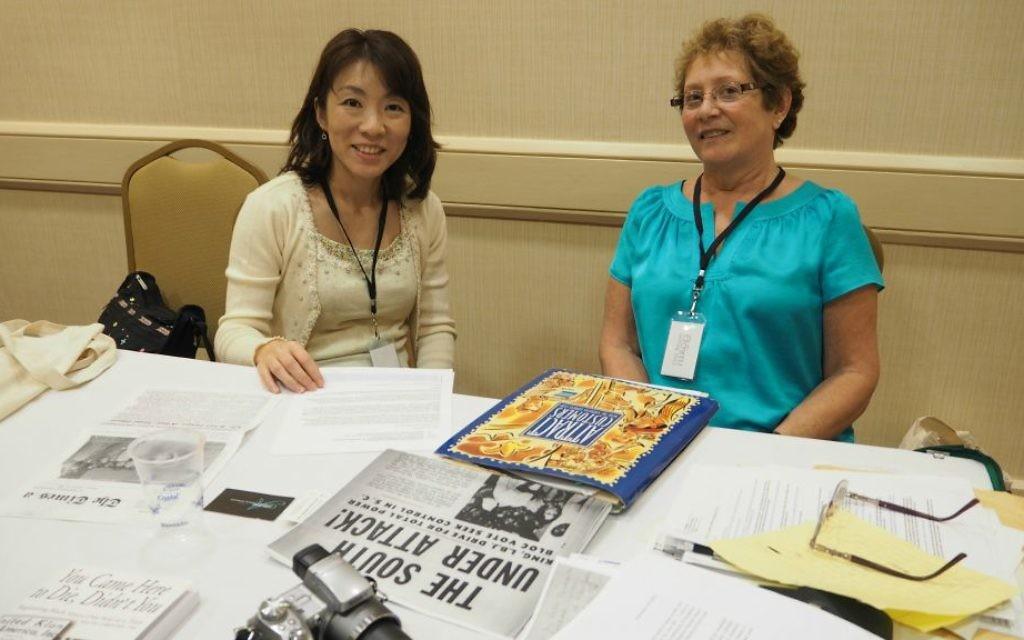 Miyuki Kita avec Lynn Goldsmith-Goldberg, l'auteur du journal, lors de la 50e réunion de SCLC-SCOPE à Atlanta, en octobre 2015 (Crédit : autorisation)