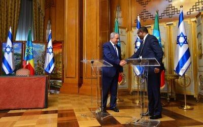 Le Premier ministre Benjamin Netanyahu et le Premier ministre éthiopien Hailemariam Desalgn se serrent la main à Addis Abeba le 7 juillet 2016 (Crédit : Bureau du Premier ministre)