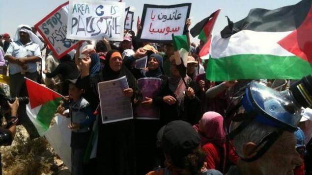 Des Palestiniens résidents de Sussiya protestent contre une décision de justice autorisant la démolition du village situé au sud-est de Hebron, le 22 juin 2012 (Crédit : CC BY-SA Mr. Kate, Wikimedia Commons)