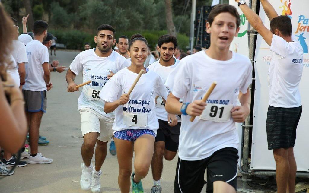Des jeunes Olim participent aux différentes courses lors de l'Olimpiada de Jérusalem au Gan Sacher, le 30 juin 2016. (Crédits : autorisation)